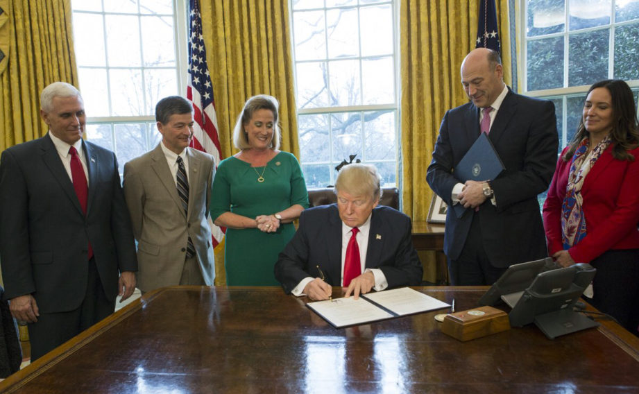 Trump_signs_financial_regulation_executive_order