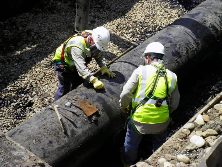 Worker_tight_-_Enbridge_Oil_Spill_pipeline_removal_2_(4869018519)